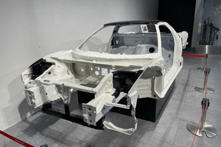 量産車世界初オールアルミモノコックボディー