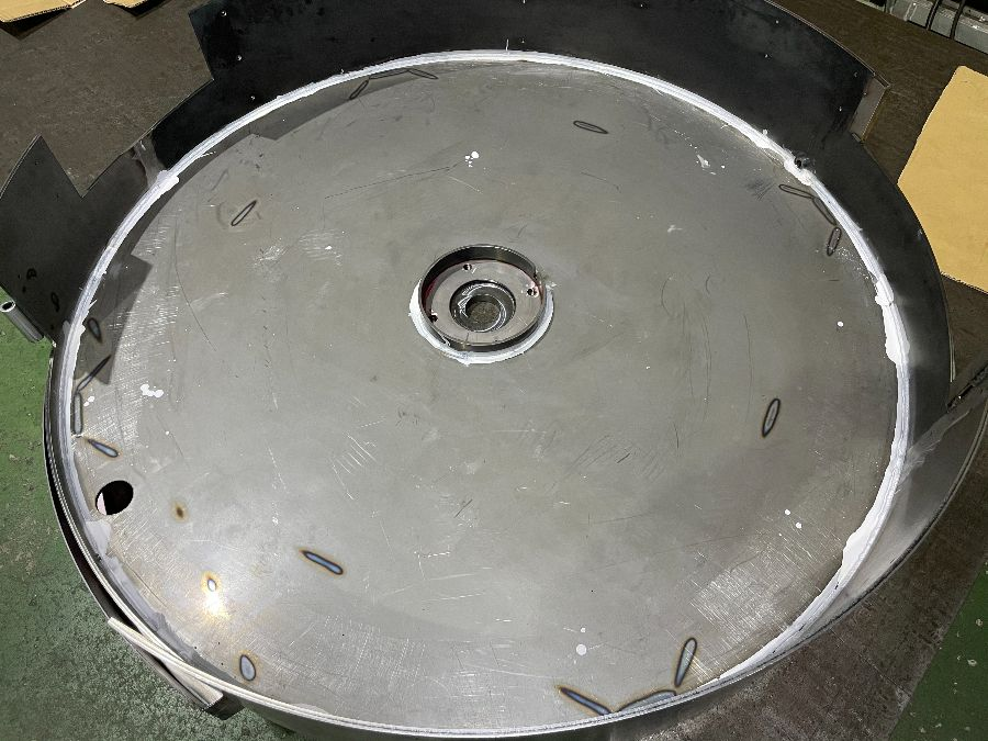 ロール加工と製缶加工を気密溶接にて接合した